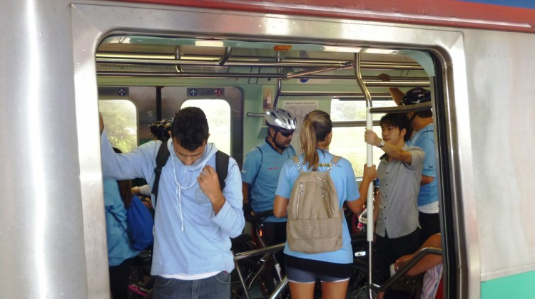 Bicicletas dentro de trem da CPTM