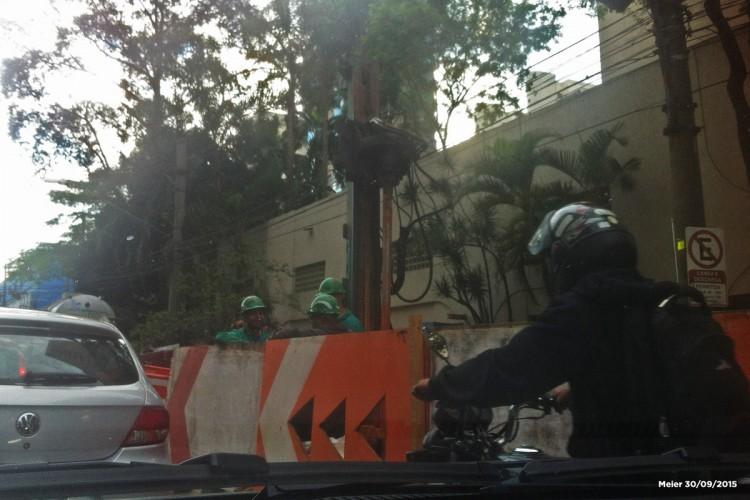Interdição na Avenida Santo Amaro provocada pelo tatuzão