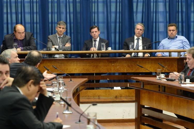 Da esquerda para a direita, Dario Rais Lopes e Clodoaldo Pelissioni: secretários discordaram sobre o atraso do monotrilho