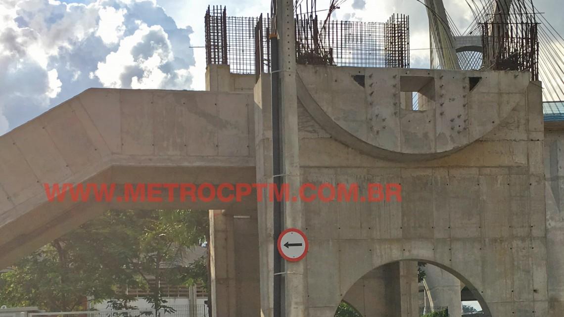 Acesso inacabado da futura estação Chucri Zaidan: obra parada desde novembro do ano passado