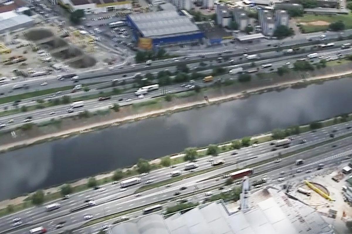 À esquerda é possível ver o poço Tietê escavado, local de onde partirão os tatuzões da Linha 6 (reprodução do programa SPTV da TV Globo)