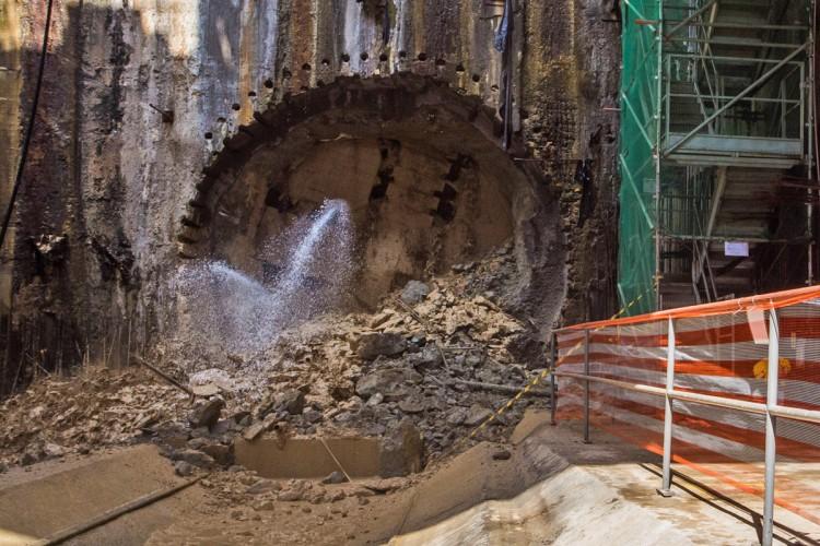 A Lina derruba a última parede antes de concluir a escavação