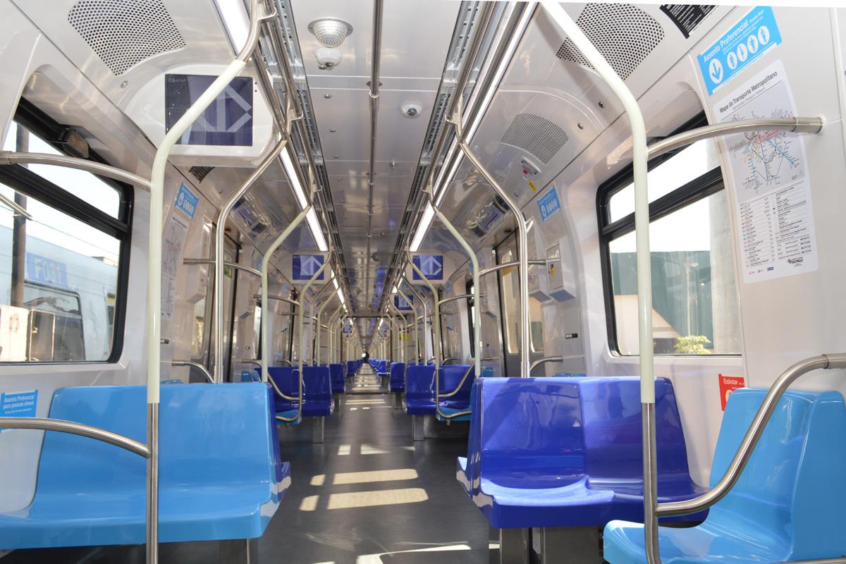 Interior do trem da Frota P