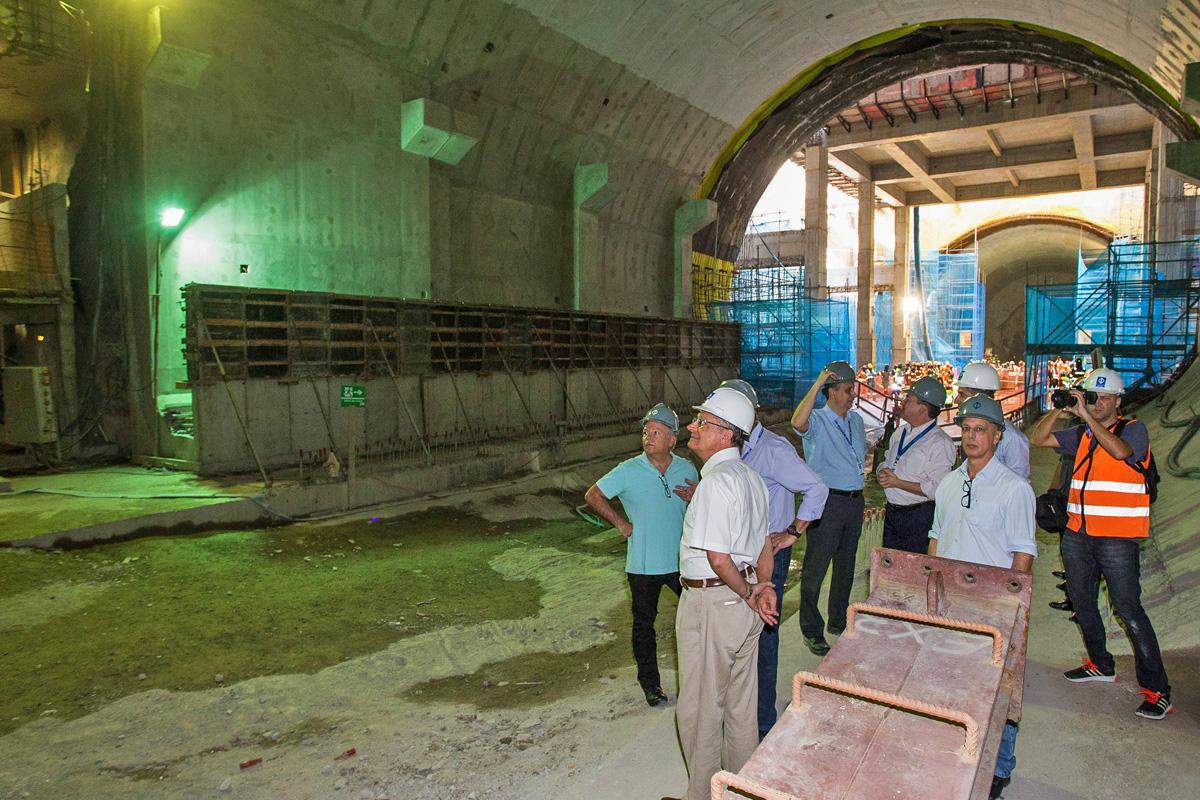 O governador Alckmin observa a futura área da plataforma de Chácara Klabin que fica abaixo da estação do mesmo nome da Linha 2