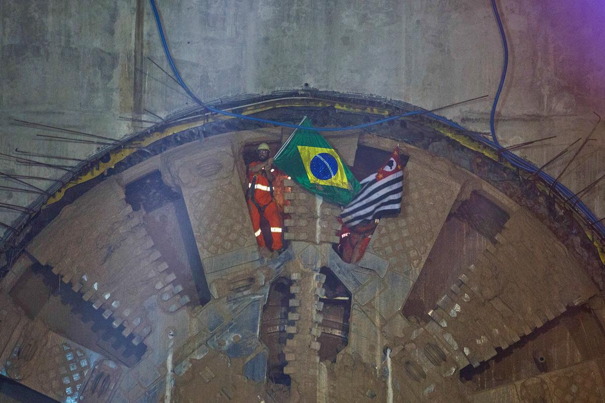 Funcionários do tatuzão com as bandeiras do Brasil e do Estado de São Paulo: próximo evento do gênero deve ocorrer já na Linha 6-Laranja