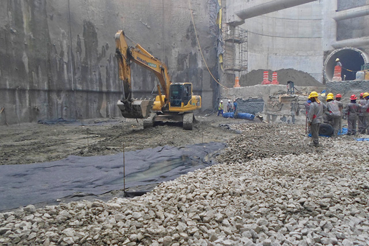 Solo é preparado para concretagem na estação Campo Belo