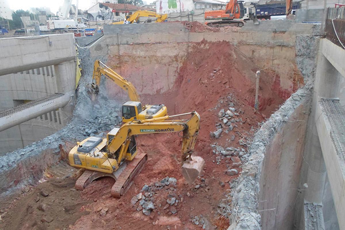 Escavadeiras trabalham em ritmo intenso