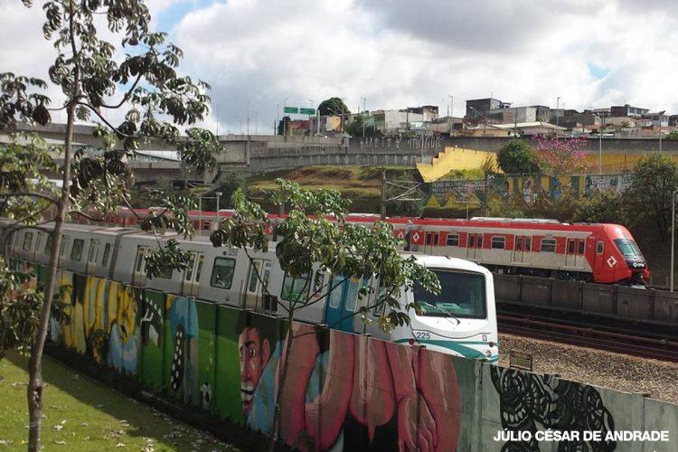 Série 8500 ao fundo: visual mais imponente e missão de aposentar os velhos trens (foto: Julio César Andrade)