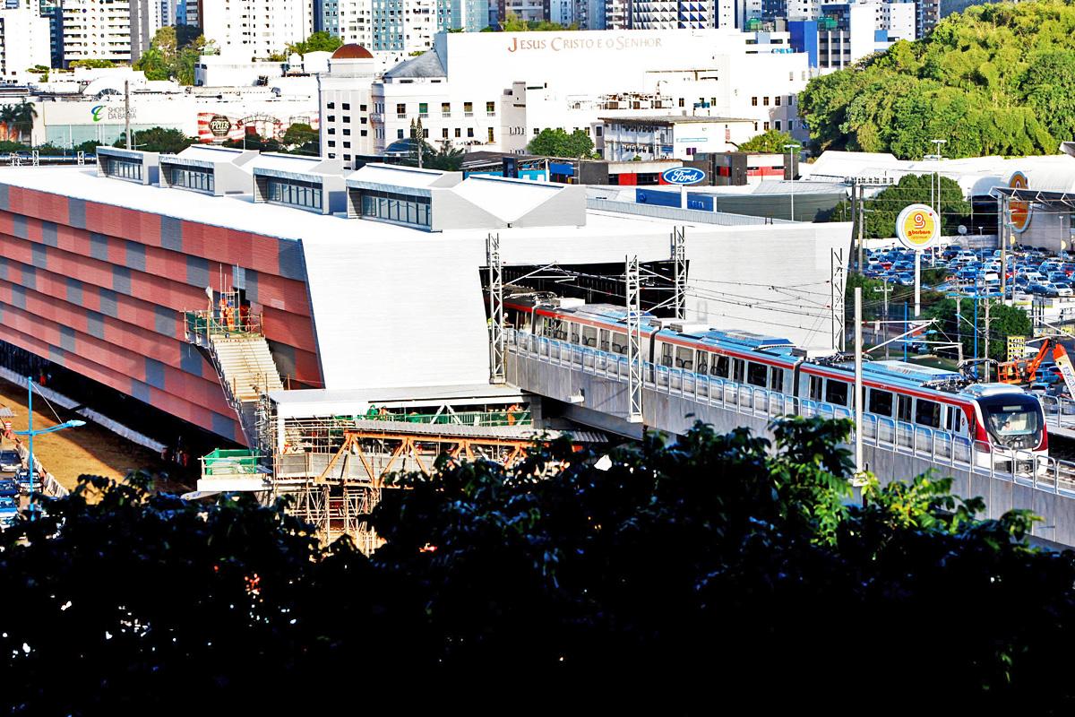O primeiro trem anda pela nova Linha 2 do Metrô de Salvador: construção em ritmo incomum no Brasil
