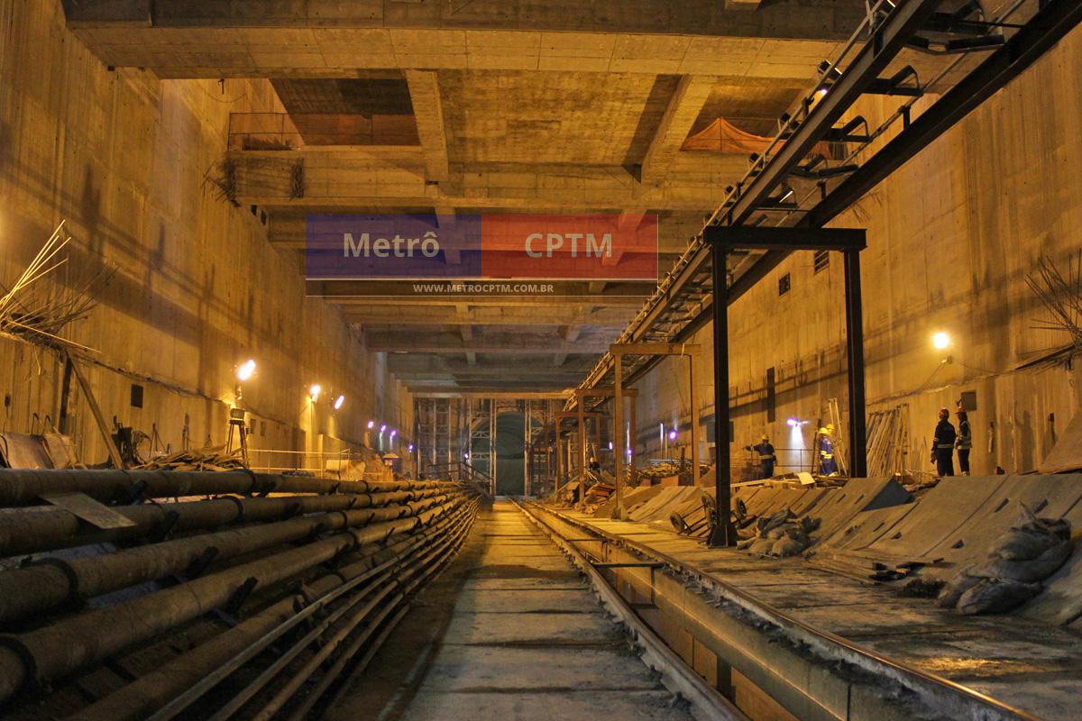 Estação AACD-Servidor: logo no início e acima do túnel está a avenida Rubem Berta