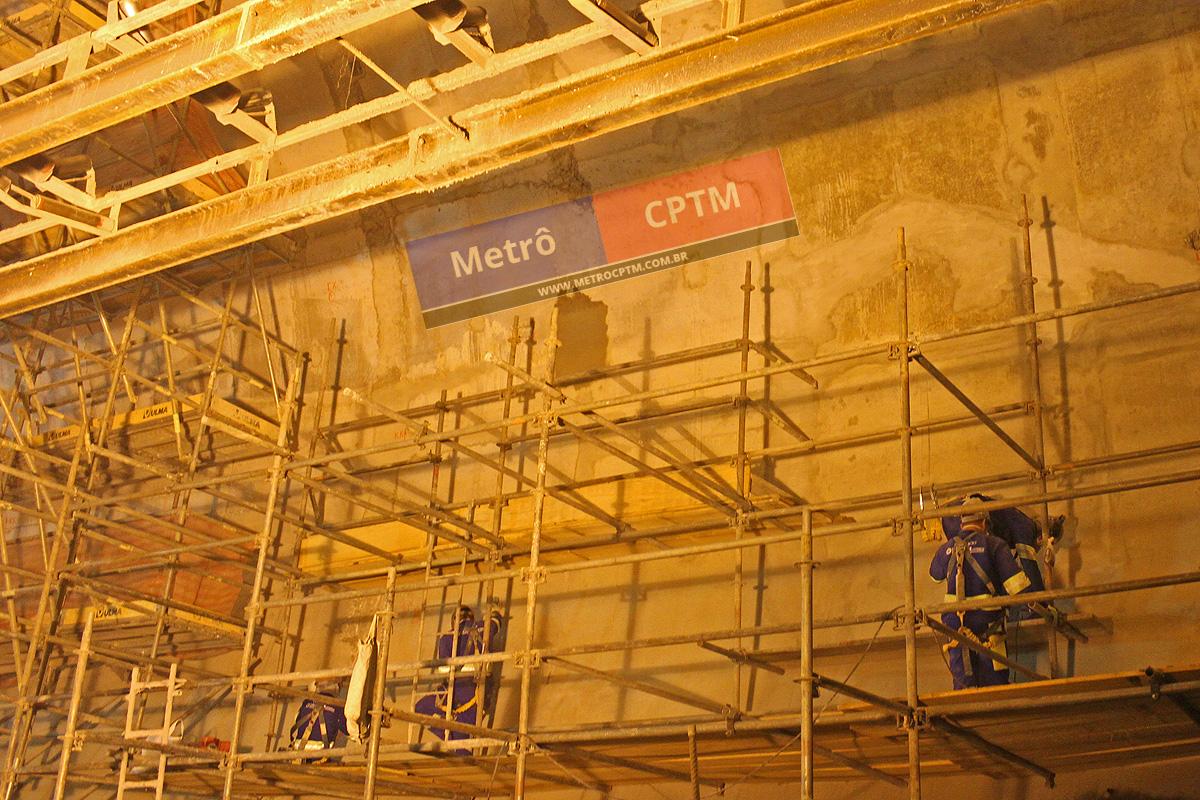 Operários trabalham na finalização das paredes da plataforma