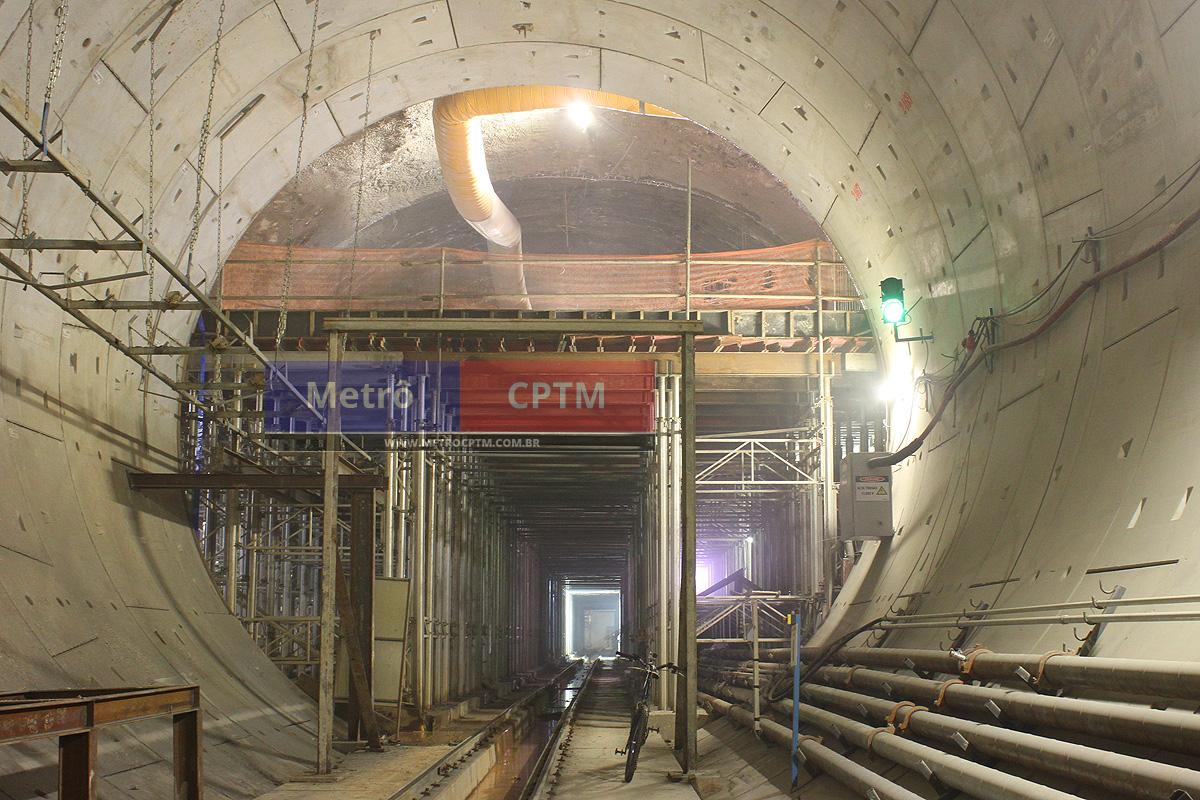 Em meio a uma imensa estrutura de suportes está a nova estação Santa Cruz, que fará a ligação com a Linha 1-Azul