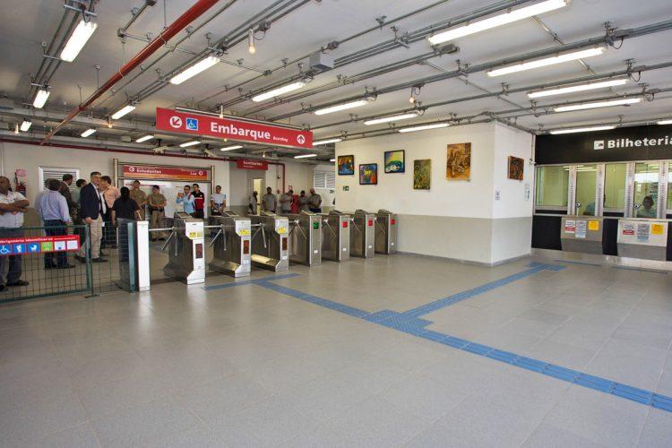 Linha de bloqueios da nova estação de Poá da CPTM