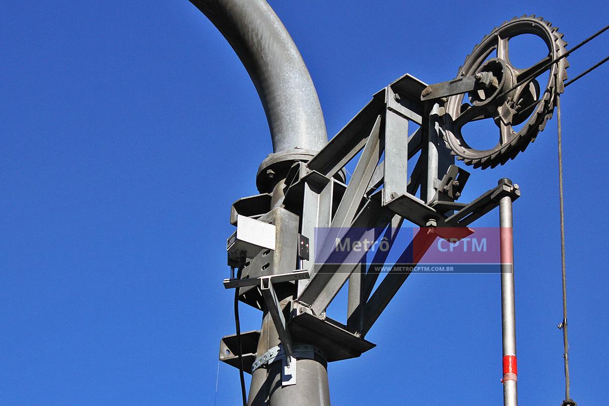 Ao centro, antena do sistema CBTC de controle de trens