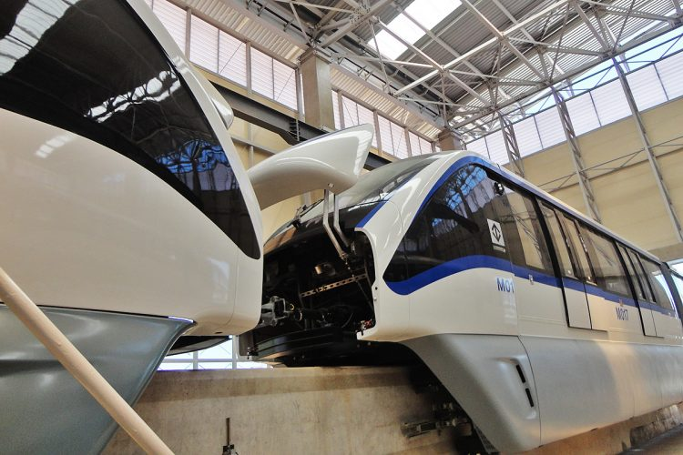 Trens da Linha 15 no pátio: novas estações apenas em 2018Trens da Linha 15 no pátio: novas estações apenas em 2018