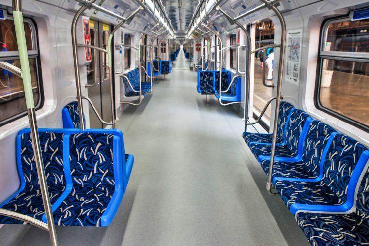Salão de passageiros do trem da Série 8500 da CPTM