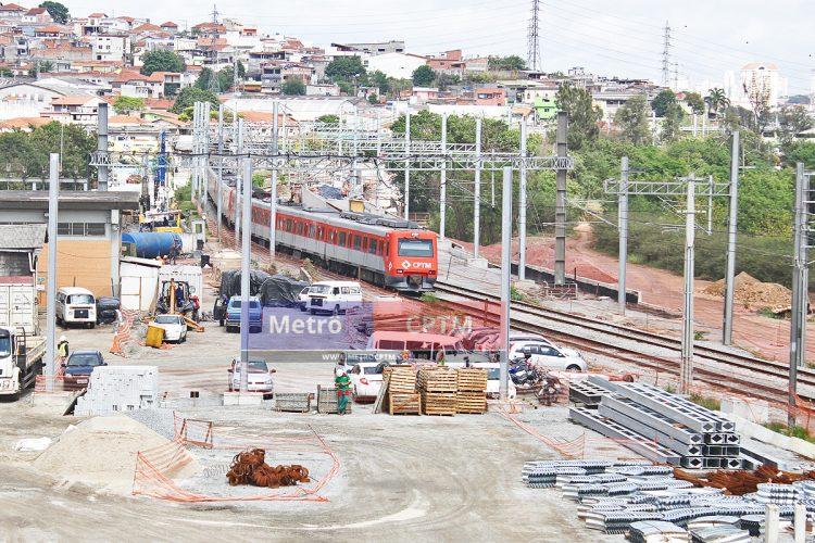 Trem da Linha 12 se aproxima das obras da estação. Desvio será removido no ano que vem