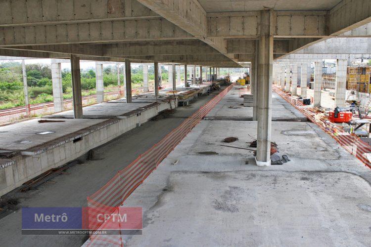 À direita, plataforma da Linha 12 e à esquerda, da Linha 13