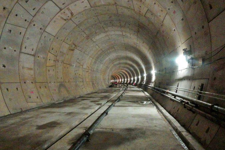 Túneis precisam receber muito concreto para chegar ao nível dos trilhos