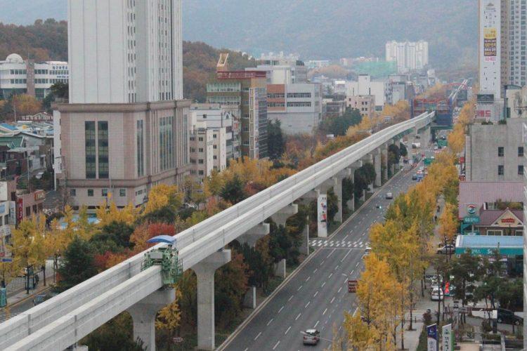 Monotrilho na China: com vias bem sinalizadas, paisagismo e edifícios bem conservados, a via do monotrilho é mal notada