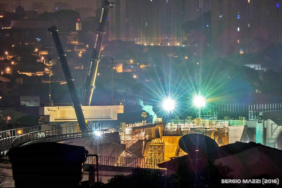 Lançamento de viga em Vila Tolstói: estações do começo da expansão estão mais atrasadas (foto: Sergio Mazzi)